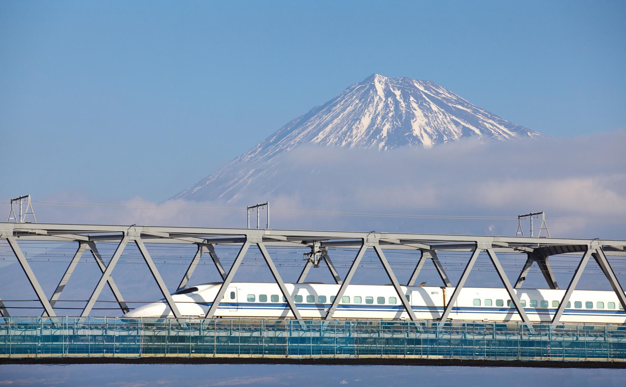 Shinkansen med ett Japan Rail Pass förbi Mount Fuji.