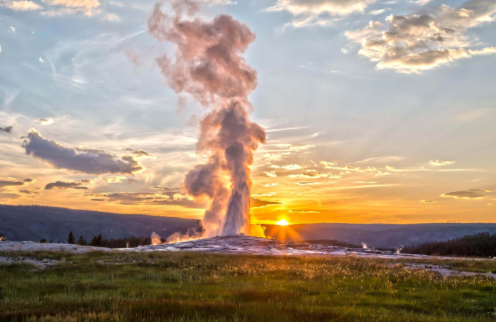 yellowstone-national-park-old-faitful-geyser-sunset-cover